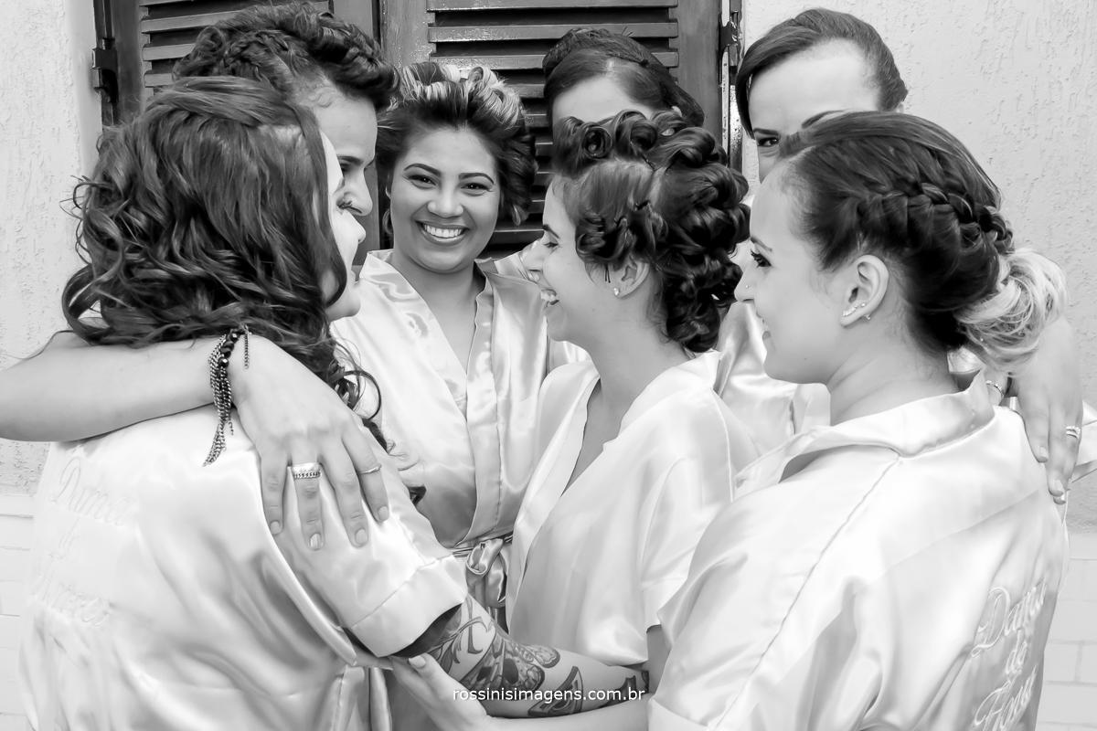 noiva mãe e madrinhas juntas no dia da noiva muita alegria e emoção