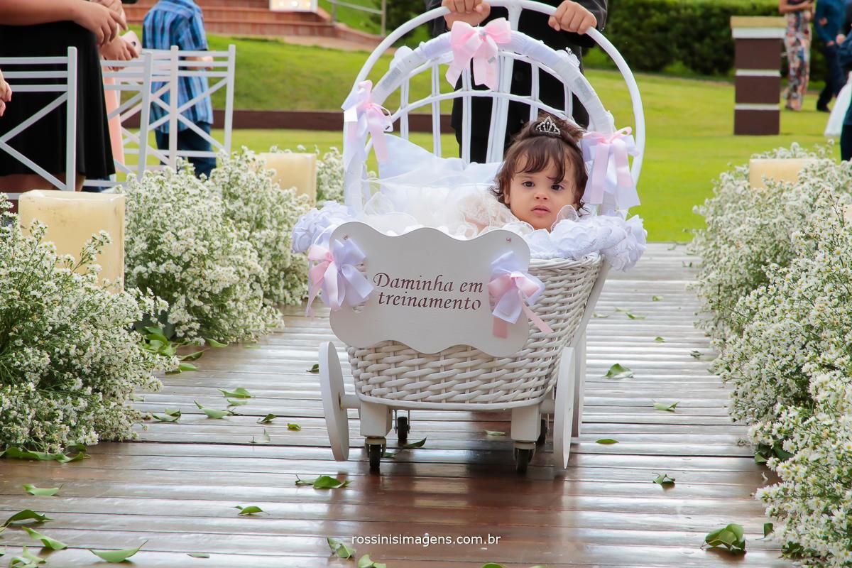 entrada da linda daminha no carrinho com placa de daminha em treinamento, conduzido pelo pajem, na cerimonia de casamento Julianne Prado e Will Robson na chácara Torres em Poá por rossinis imagens
