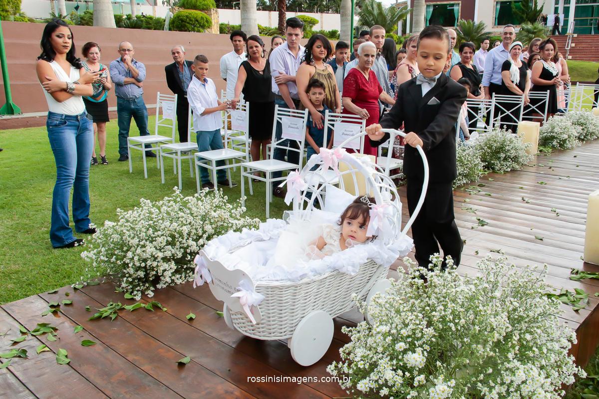 entrada da daminha e pajem indicando que a noiva esta chegando e preparando a todos para essa linda e maravilhosa entrada da noiva