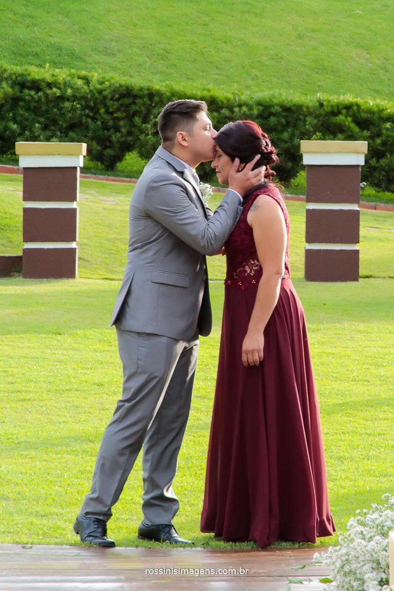 noivo Will Robson e sua mãe se preparando para a cerimonia de casamento momento inesquecível de mãe e filho o dia do casamento