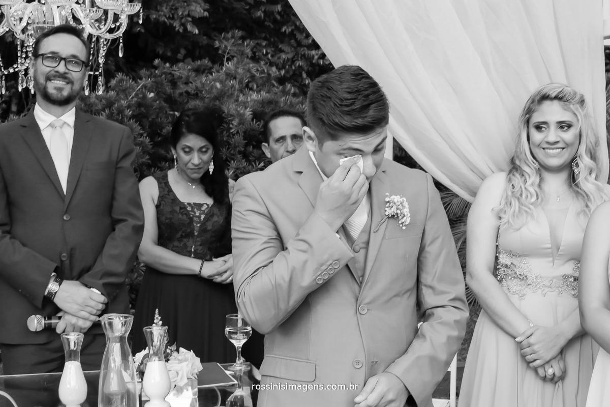 fotografia de noivo chorando, noivo emocionado, noivo ansioso