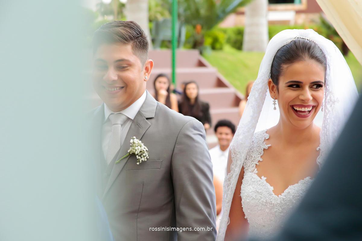 casal rindo, feliz, contente, apixonados, casamento na chacara torres em poá realizado por Rossini's Imagens foto e vídeo