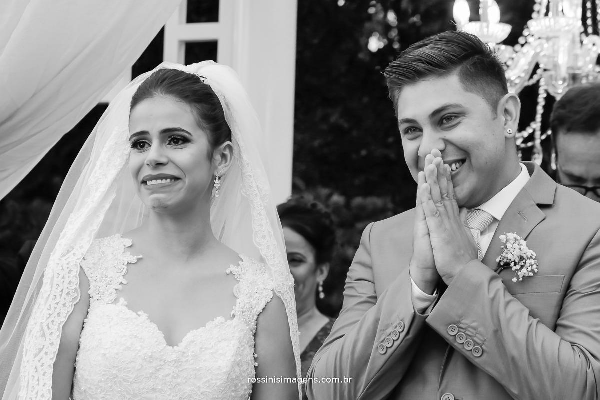 detalhes dos noivos ao receberem a entrada das alianças, reação dos noivos, alianças, casamento, união, vida a dois, familia