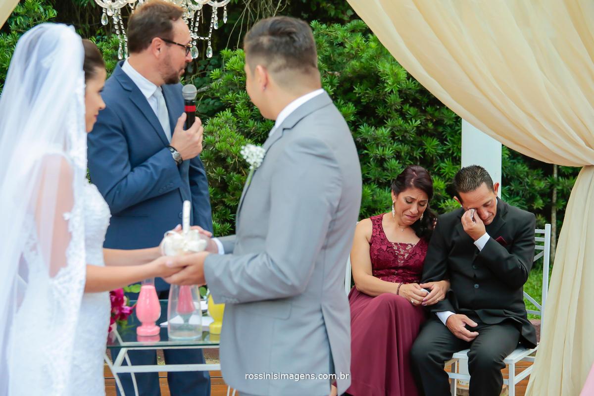oração do celebrante paulo godoy emocioando a todos, em especial os pais do noivo, uma cerimonia de casamento indescritível de tão emocionante, tão esperada, momento do casamento , antes do sim