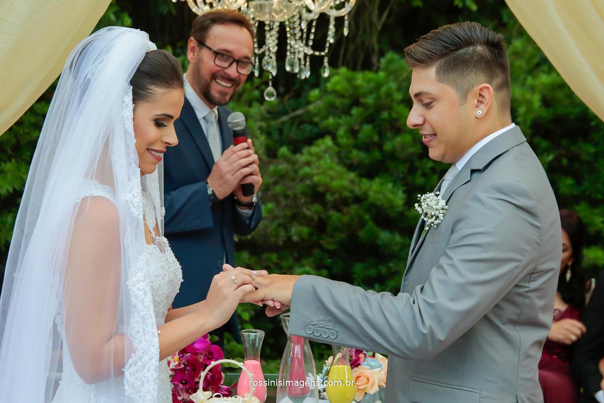 união, carinho, amor, felicidade, dinheiro esses foram os votos para esse casamento, noiva colocando a aliança em seu noivo