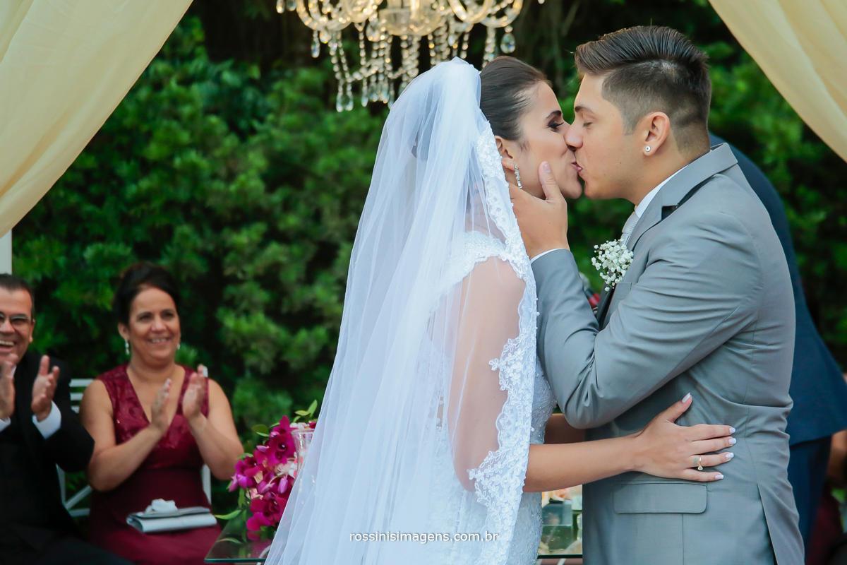 o momento mais aguardado durante a cerimonia o momento em que o noivo pode beijar a noiva, sendo assim homem e mulher, marido e marida, esposa e esposo