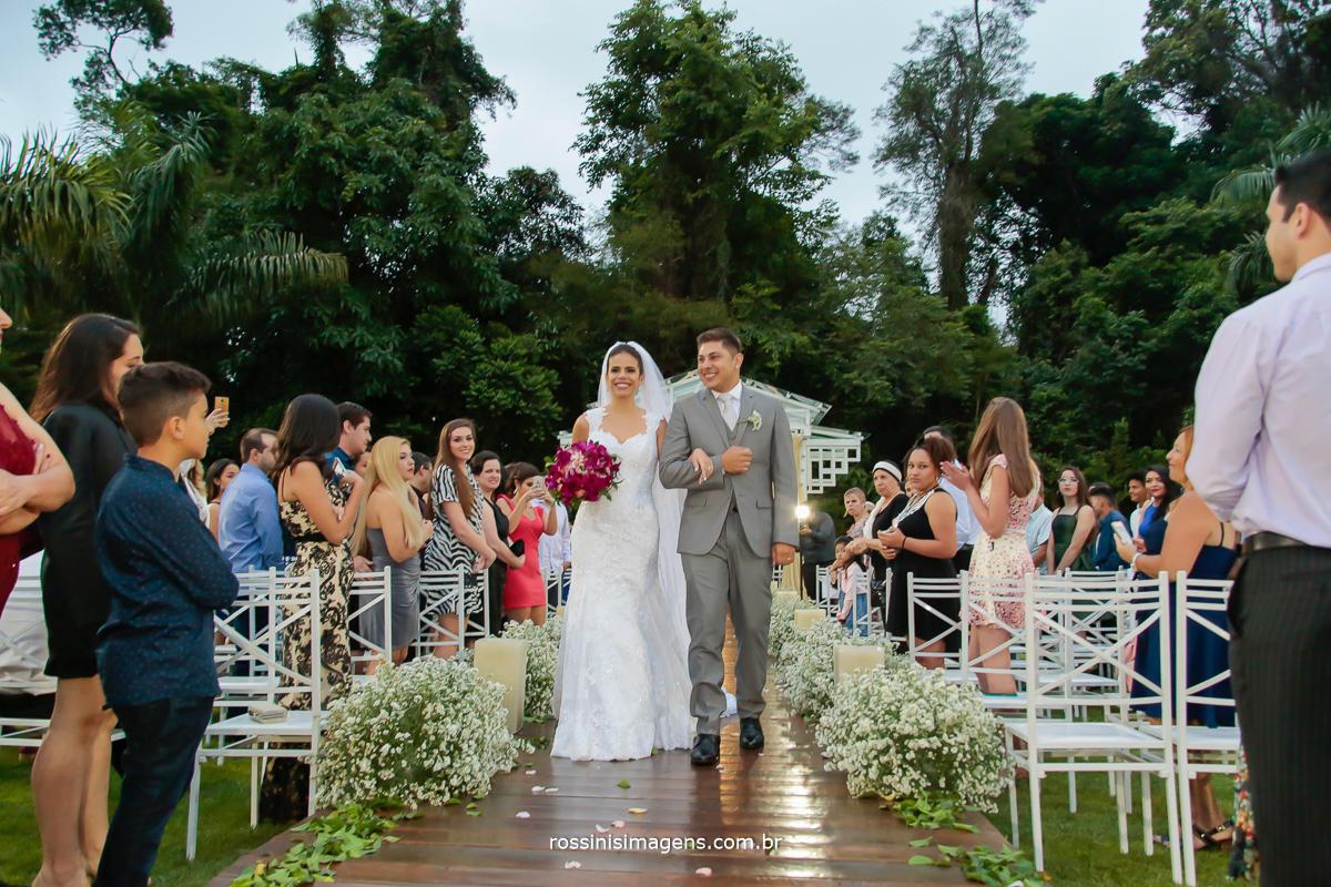 a saída dos noivo ao final de trade em poá o casamento da julianne e will, dia lindo, maravilhoso