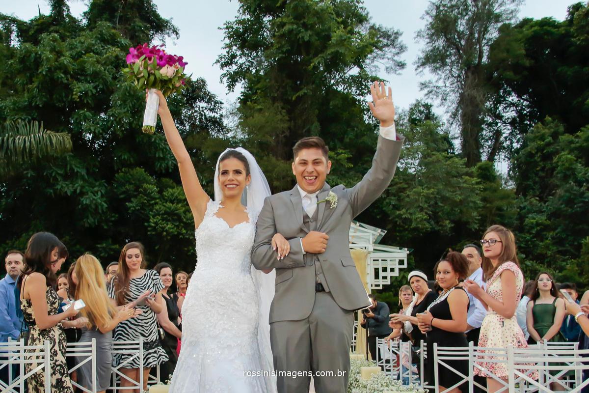 noivos animados na saída da cerimonia, muita vibração e boas energias para essa familia