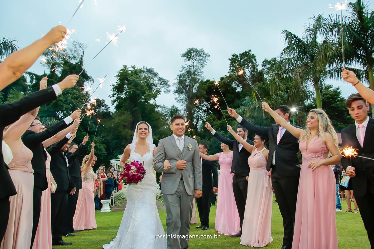 linda saida dos noivos na cerimonia com spark's Royal som e iluminação com spakrs