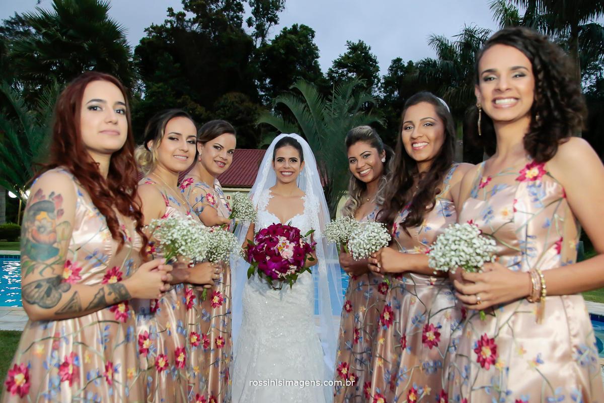 sessão de fotos das damas com a noiva apos a cerimonia de casamento
