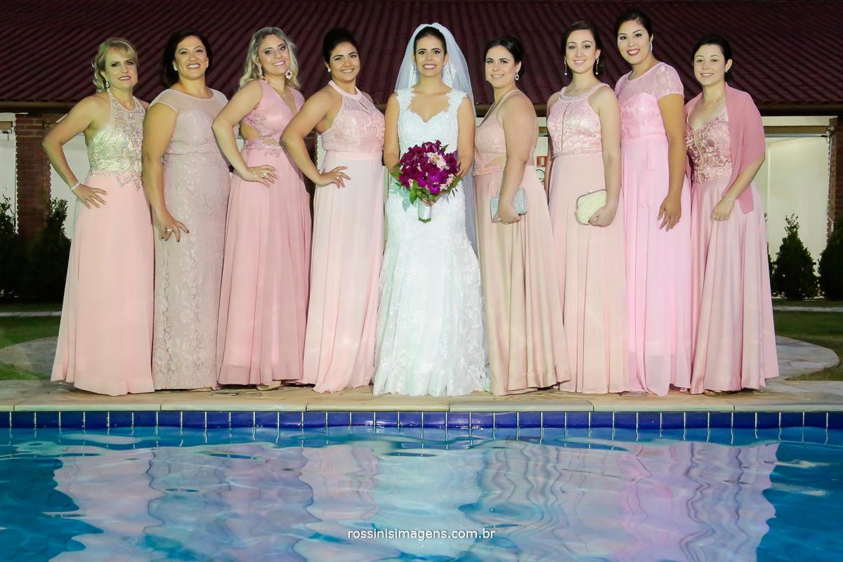 imagem com as madrinhas do casamento e a noiva na sessão de fotos