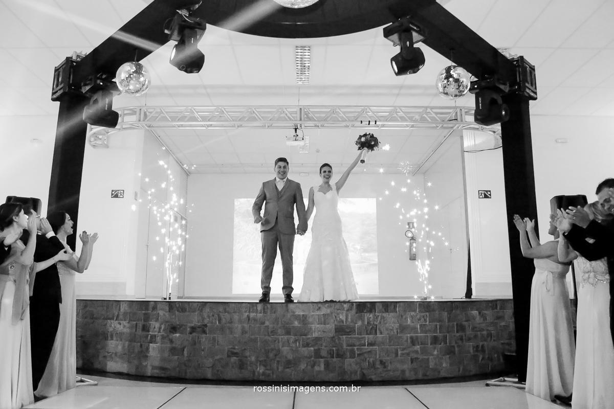 entrada dos noivos para a recepção dos convidados na chácara torres em poá - sp, casamento da julianne e will