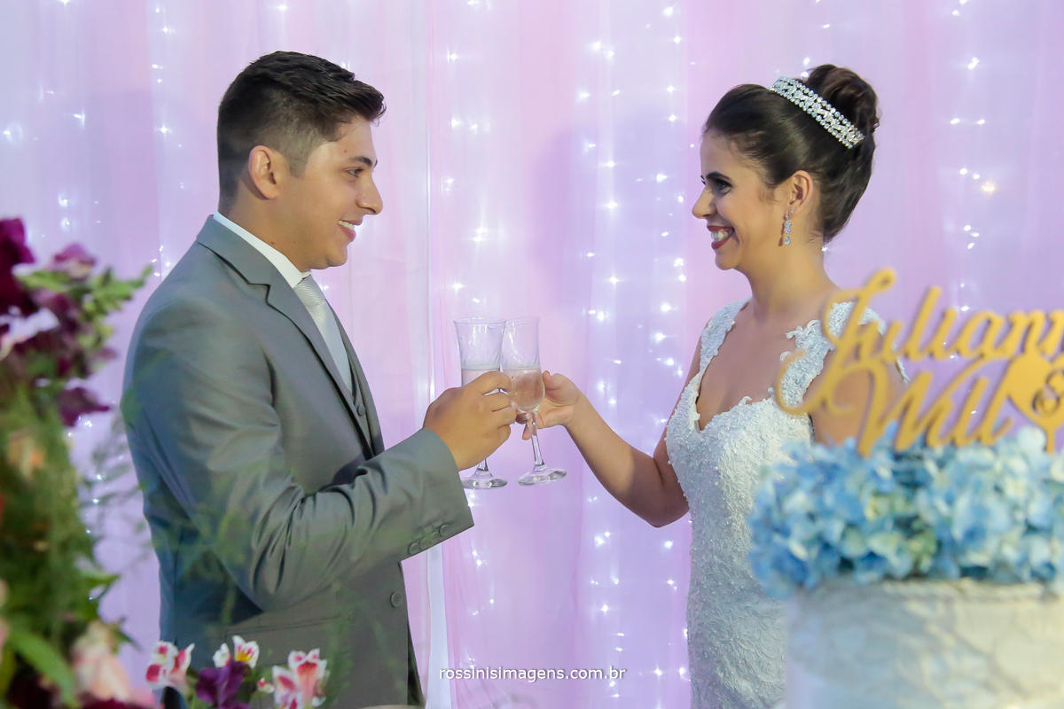 fotografia de momentos inesquecíveis, rossinis imagens foto e vídeo, noivo na mesa do bolo brindando com a noiva