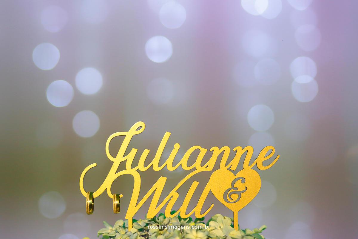 topo de bolo da ju e do will com as alianças, uma linda fotografia do casamento que com certeza vai para o álbum do casamento