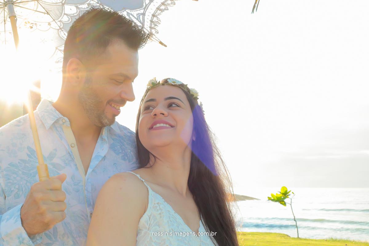 casal apaixonado e feliz se olhando com um lindo brilho no olhar no ensaio realizado na praia da jureia