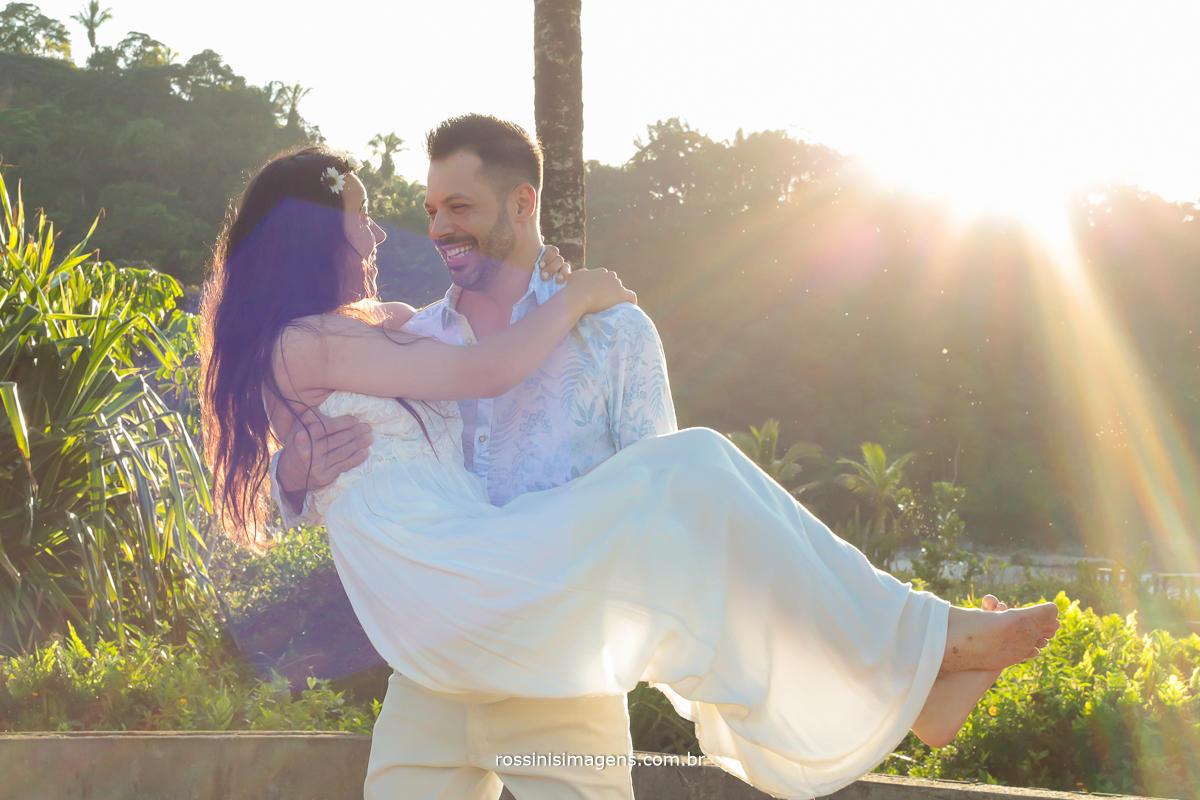 lindo casal na praia no e-session, p´re wedding, pre casamento, noivo com a noiva no colo na sessão de fotos