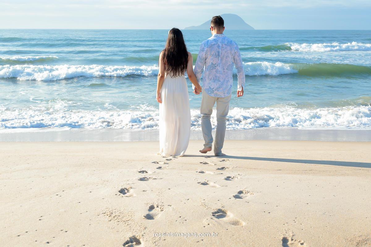 pegadas do casal juntos em direção do mar na praia, pegadas na areia, pegadas de casal na praia, foto na praia