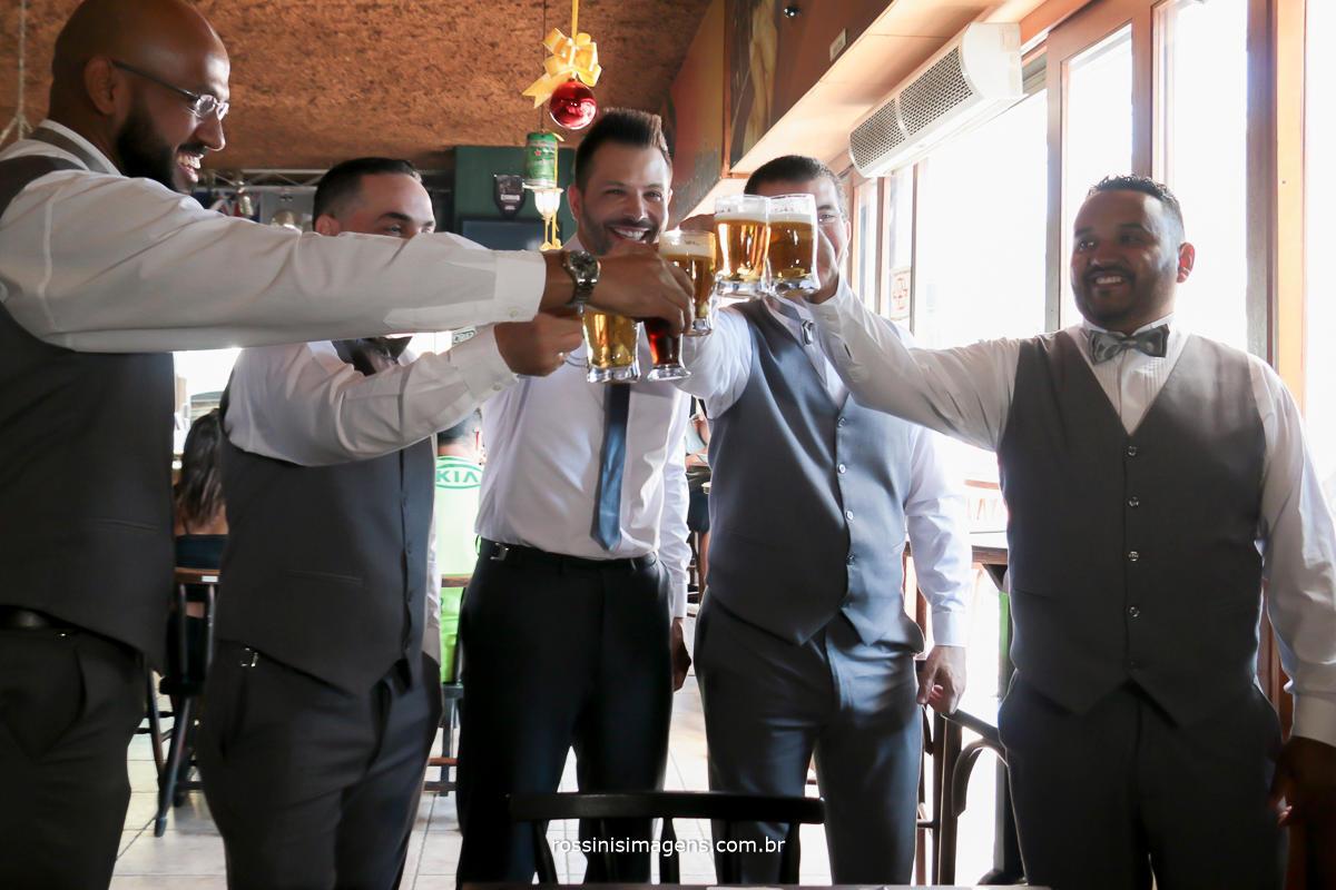 dia do noivo com chopp e cerveja no boteco helena em Suzano, 0 noivo com os padrinhos fazendo um brinde a vida de casado, wedding day