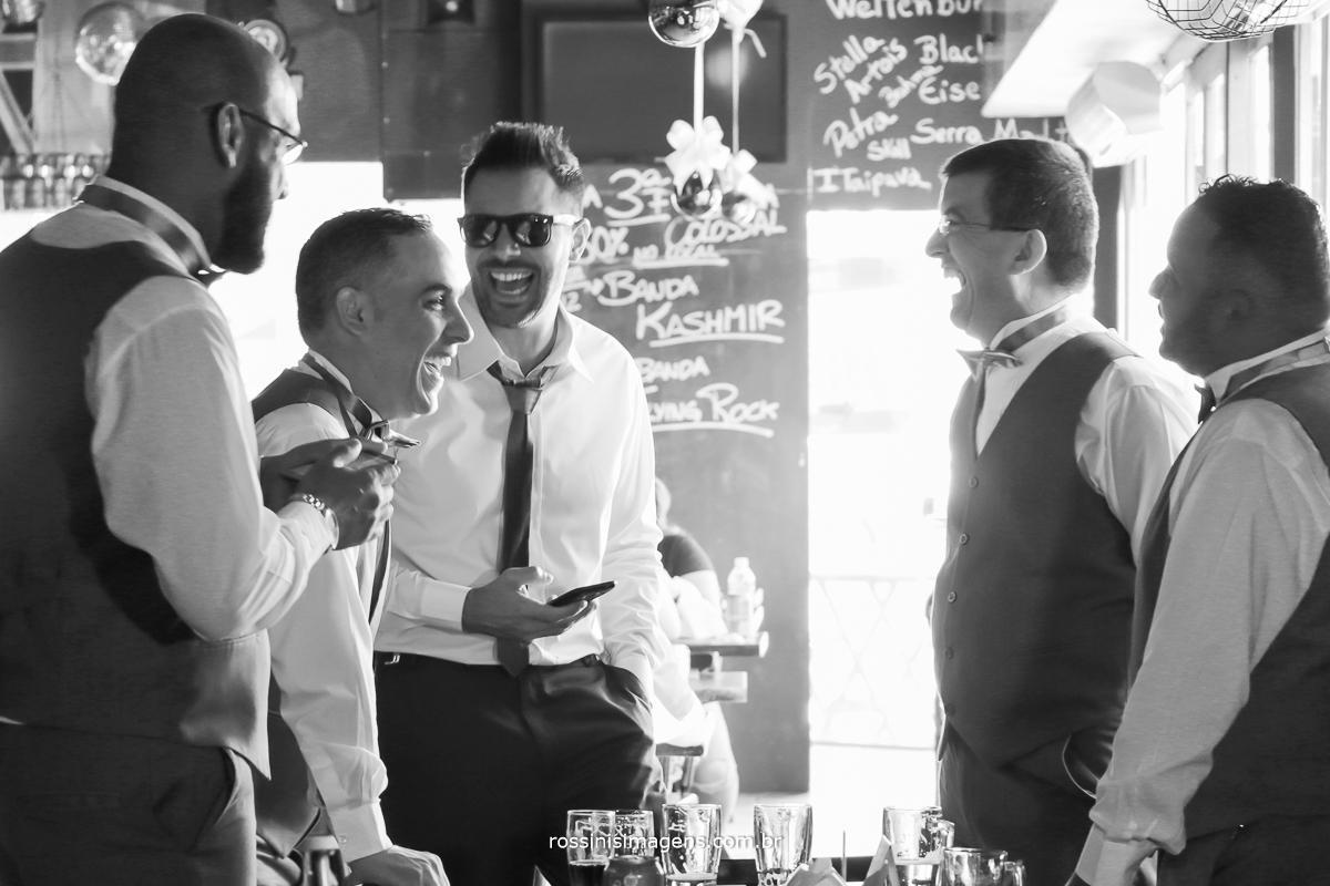 padrinhos e noivo rindo se divertindo antes do casamento no boteco helena na cidade de Suzano, fotografia de rossini's imagens, a melhor da região