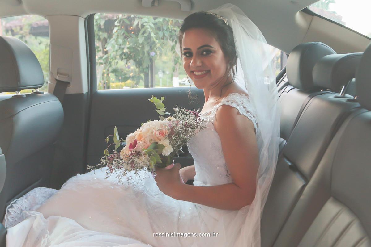 noivo no carro aguardando o momento da entrada triunfal, noiva no carro com buquê fotografia linda da rossinis imagens