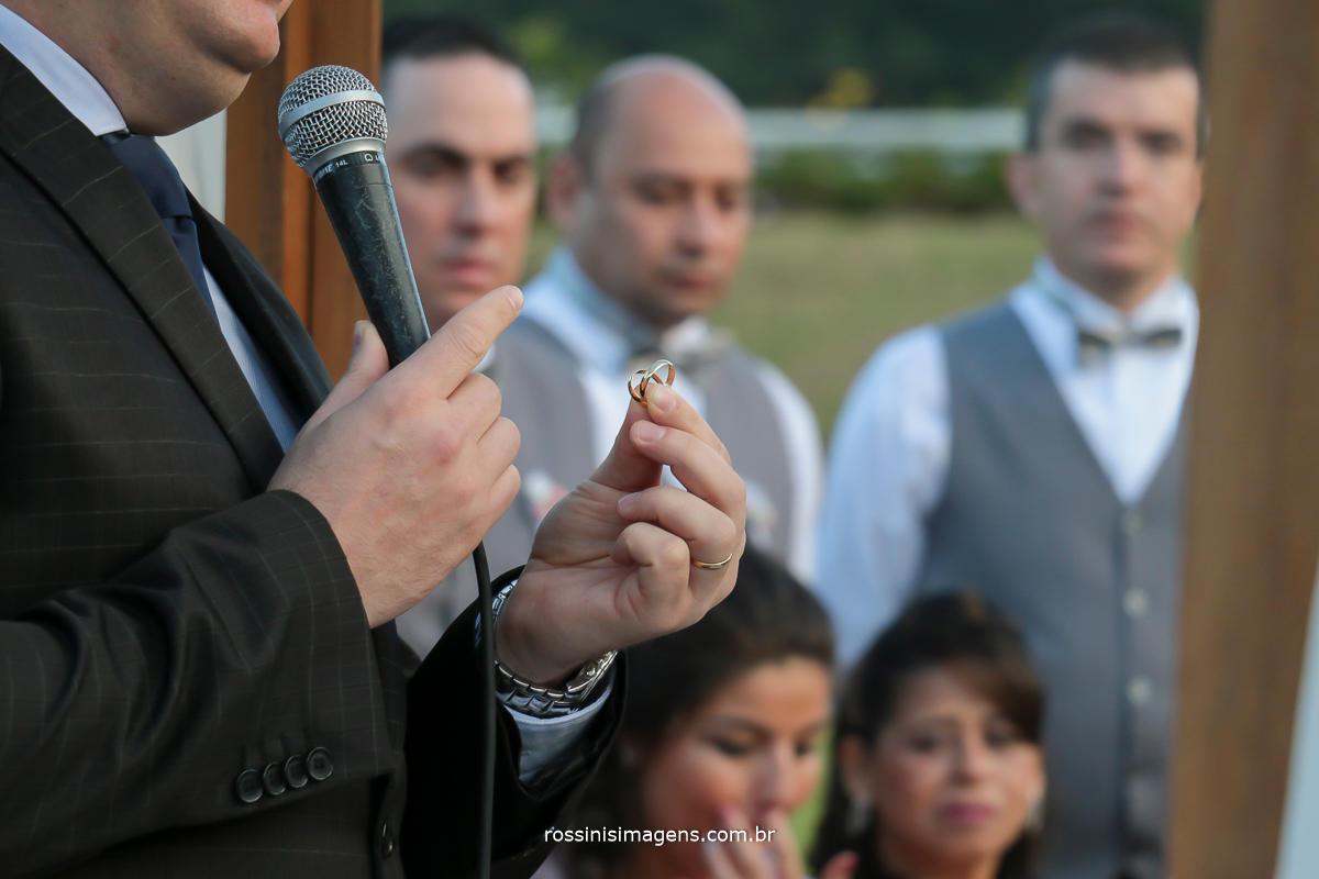 fotografia da cerimonia de casamento realizada pelo bispo julio cesar vertullio, uma cerimonia incrivelmente fantastica, alianças na mão do bispo