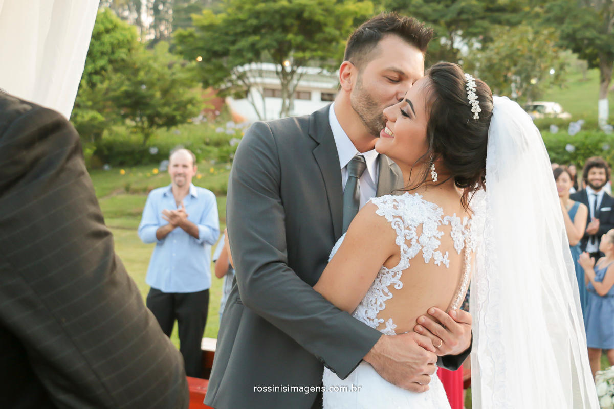 noiva emocionada com os votos do noivo promessas de sempre juntos o que Deus uniu o homem não separe