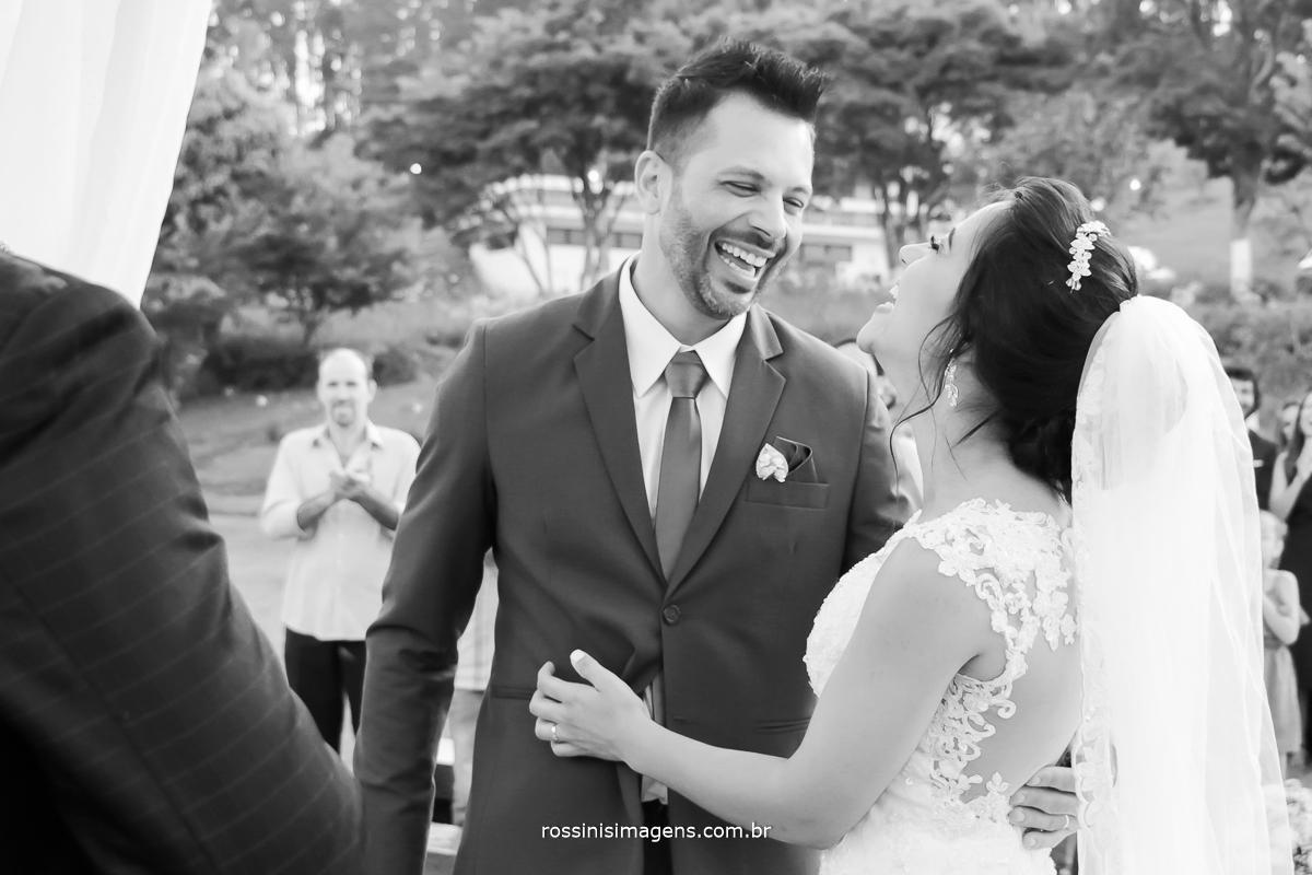 amor, alegria e felicidade isso define esse dia, define esse casamento, noivos fantásticos, casal dando gargalhada