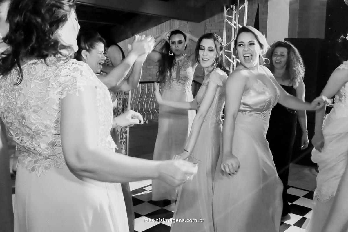 convidados dançando muito nesse casamento fera de lindo e animado, madrinhas na pista, madrinhas na balada wedding