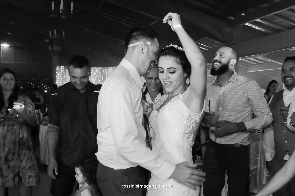 dança dos noivos, noiva dançando com o noivo na abertura da pista de dança