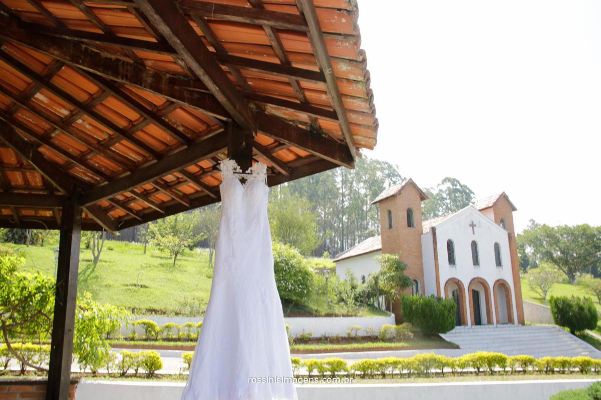fotografia de casamento na chácara Gyotoku em Suzano o vestido da noiva pendurado e ao findo a capela, Wedding Day