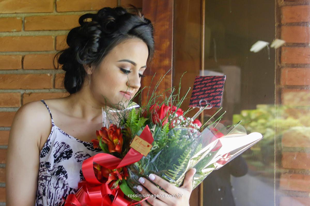 fotografo de casamento em suzano, noiva recebendo flores do noivo, essa linda surpresa para a noiva, presente para noiva no dia da noiva , making of