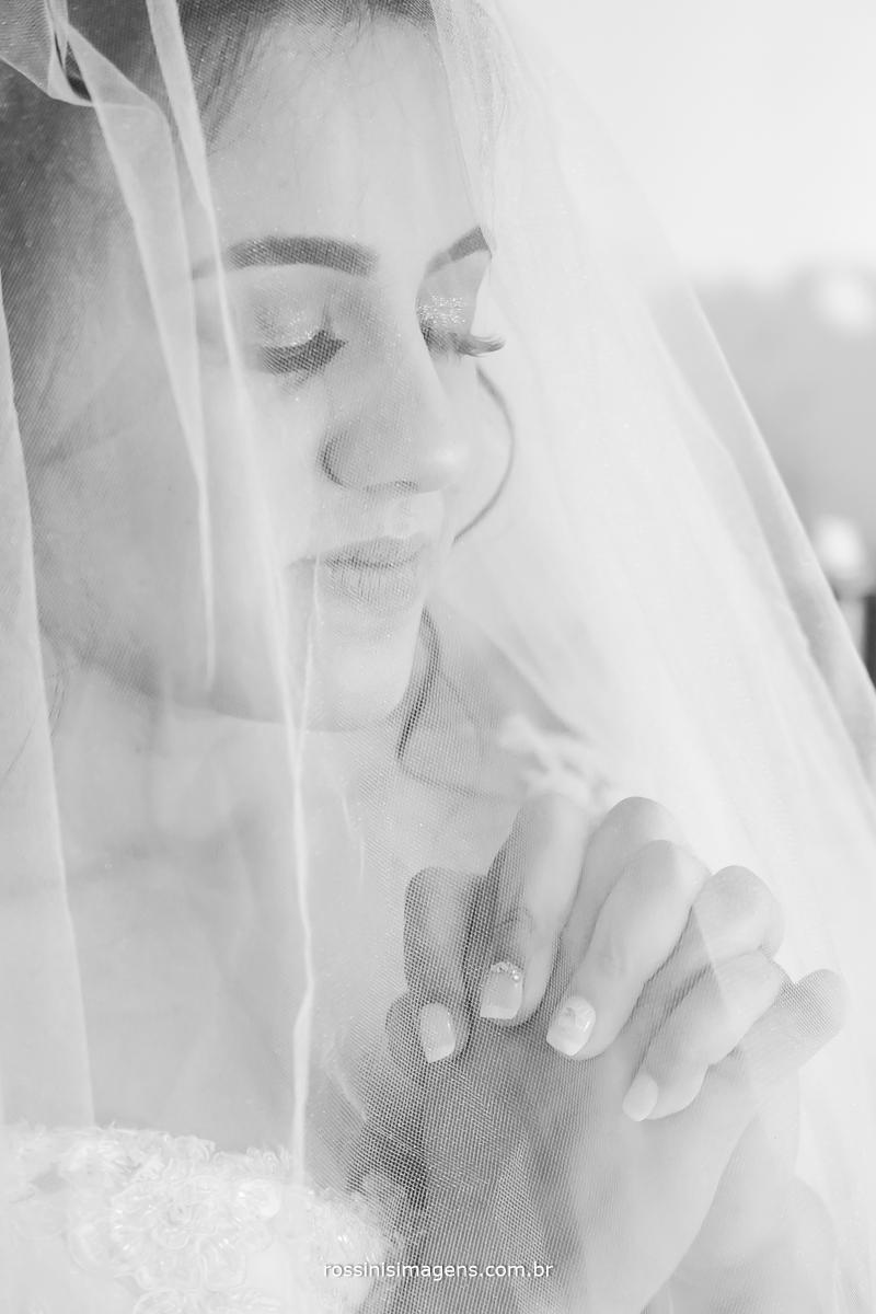 momento antes da cerimonia de casamento noiva orando, momento muito particular de agradecimento realização noiva realizada, realização de noiva, noiva no campo