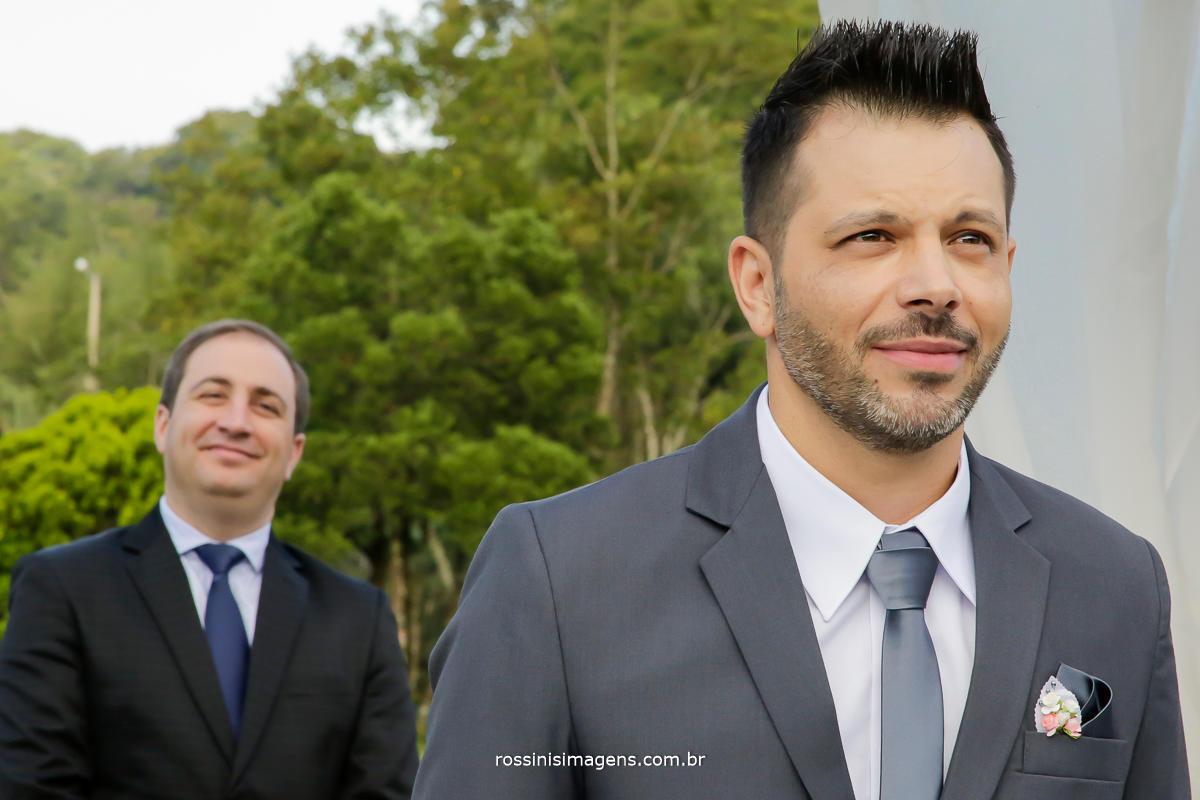noivo emocionado e ansioso para a entrada da noiva, momento de suspense, antes da entrada da noiva, casamento no campo, casamento de dia, casamento a tarde