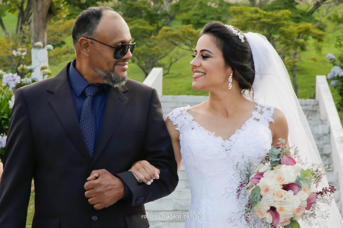 a espetacular entrada da noiva conduzida por seu pai,  casamento Natali e Eduardo em Suzano, casamento de dia, casamento lindo, a melhor empresa de fotografia da região rossinis imagens