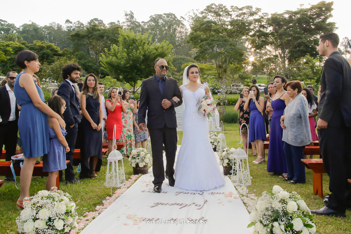 noiva de vestido branco entrado no tapete no casamento no campo, chacara, sitio, casamento de tarde