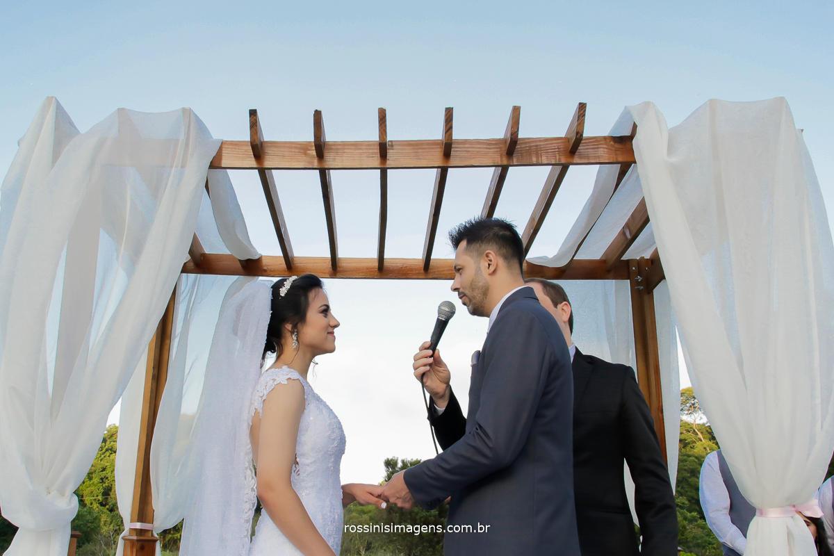 votos de noivos no casamento, noivo fazendo os votos, no altar