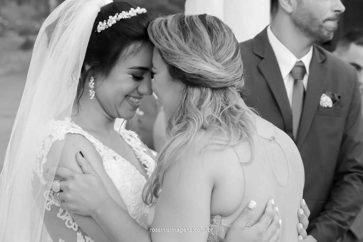 gratidão por esse dia incrivel, noiva e madrina de casamento emocionadas no comprimento apos a cerimonia, wedding day love