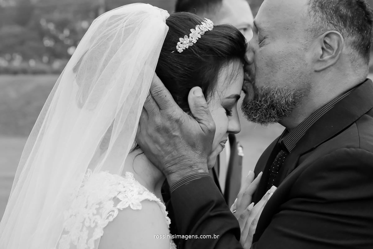 o sentimento do pai apos a cerimonia de casamento de dever cumprido de ter realizado o sonho de sua filha, de cuidado de amor de pai e filha, wedding