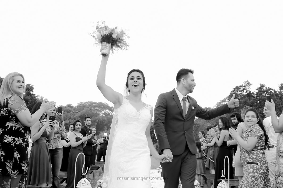 saída dos noivos agitando todos os convidados e vibrando uma sintonia que não da para descrever um casamento lindo , fantástico, incrível,wedding Natali e Eduardo, casamento no campo