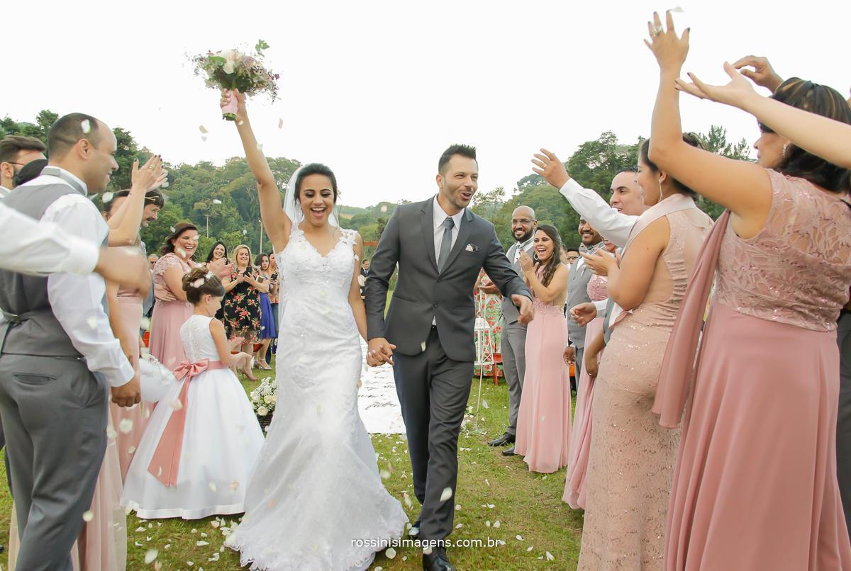 fotografia de casamento em suzano, noivos na saida da cerimonia realizada no periodo da tarde aproveitando o por do sol um dia lindo,