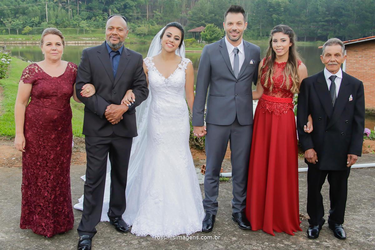 momento familia união, foto que certamente vai para o album de casamento, pai mae e filha, pais, irma, e noivo, noiva, filho, wedding day Natali e Eduardo, Casamento em Suzano