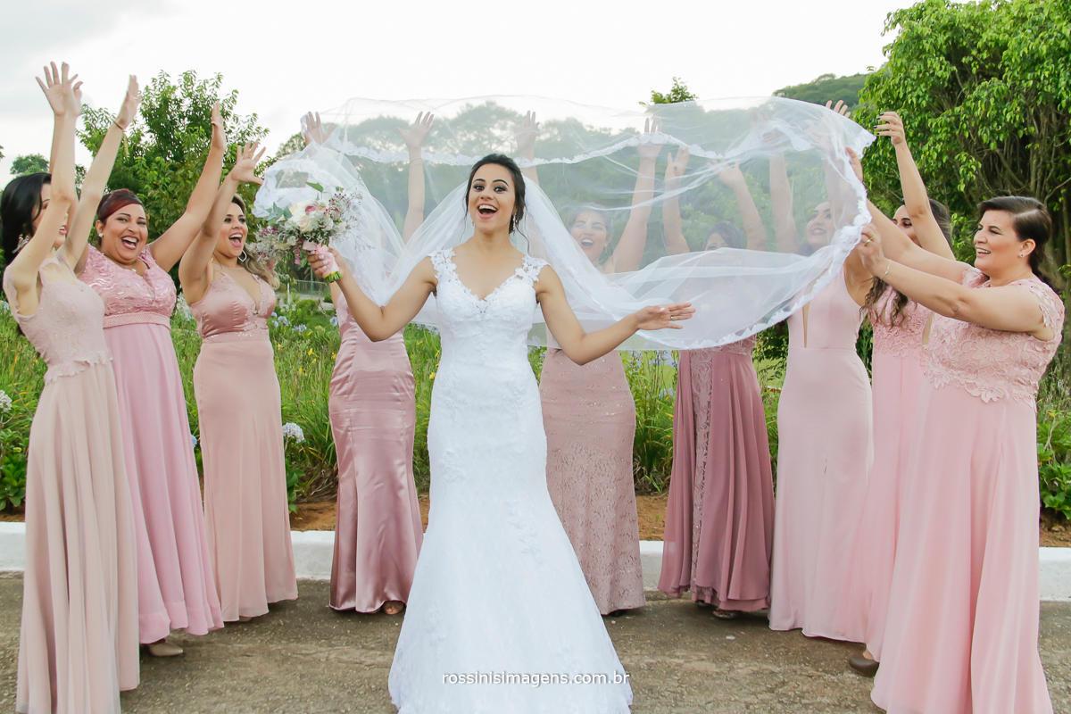 fotografia de casamento noiva com as madrinhas jogando o véu para o alto com direito a muita vibração, muita energia, fotografia de casamento no campo