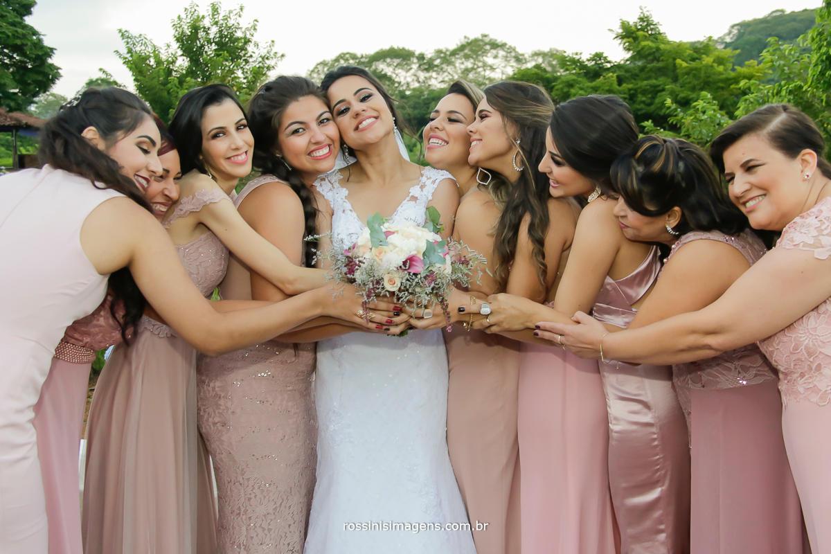 wedding day camp, fotografia de casamento noiva e as madrinhas com o buquê da noiva