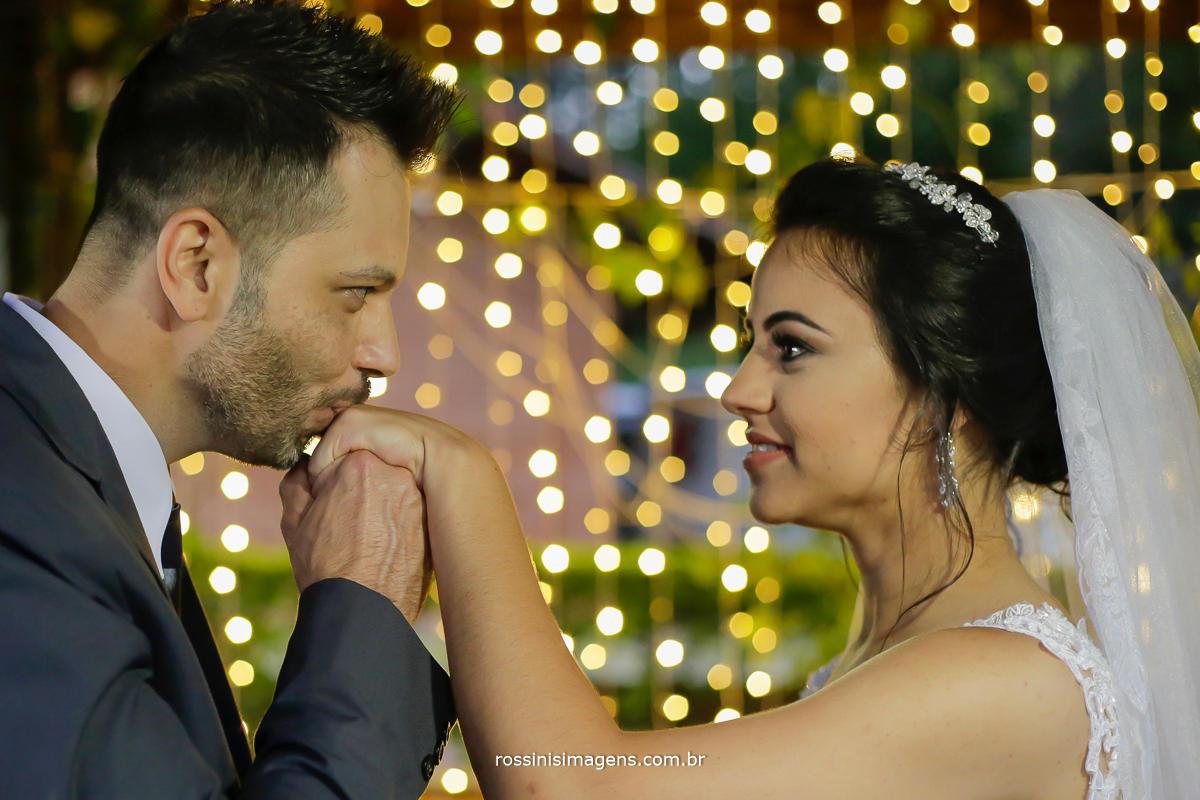 noivo cavalheiro noivo romântico, fotografia de casamento Natali e Eduardo por Rossini's Imagens Fotografia e Video Suzano sp