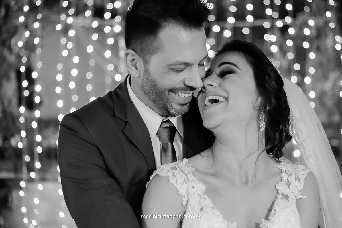 fotografo de casamento em Suzano sp, noivos se amando, divertindo os noivos na sessão de fotos