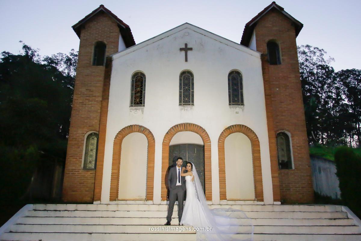 fotografia na chacara Gyotoku Natali e Eduardo na capela ao final da trade no dia do casamento em suzano