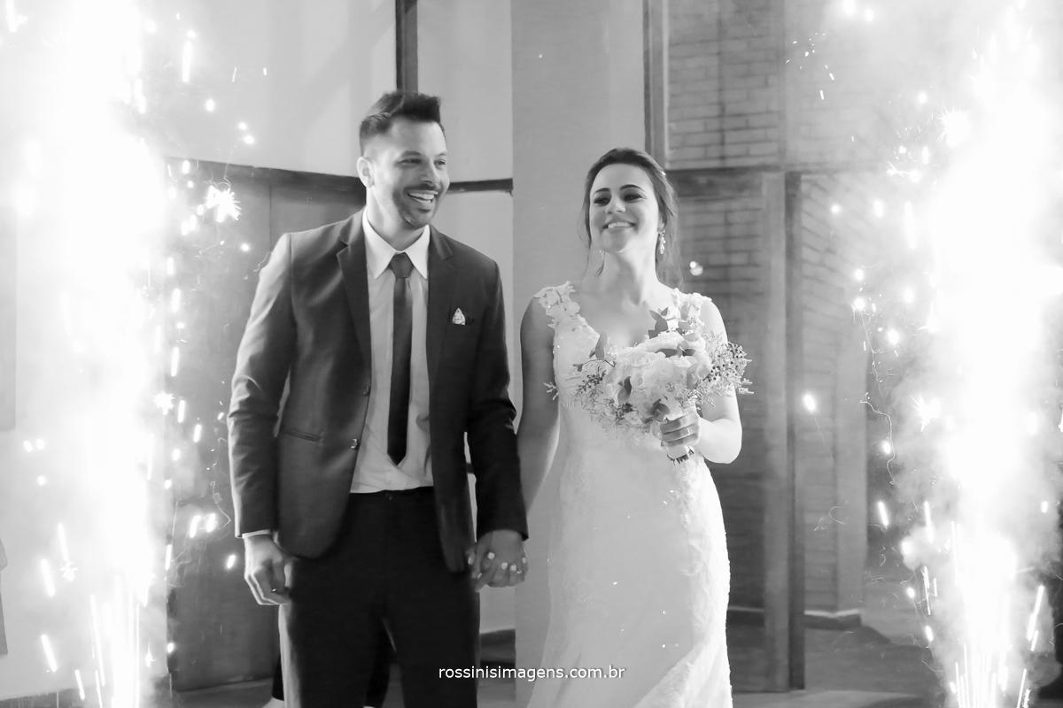 entrada dos noivos na recepção vista dos convidados, dia lindo de casamento, planejamento de casamento casal wedding