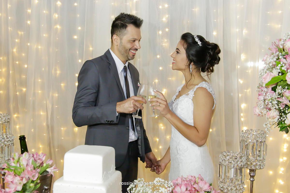 fotografia do casal na mesa do bolo fazendo um brinde a vida a dois, vida de casados, wedding life, love