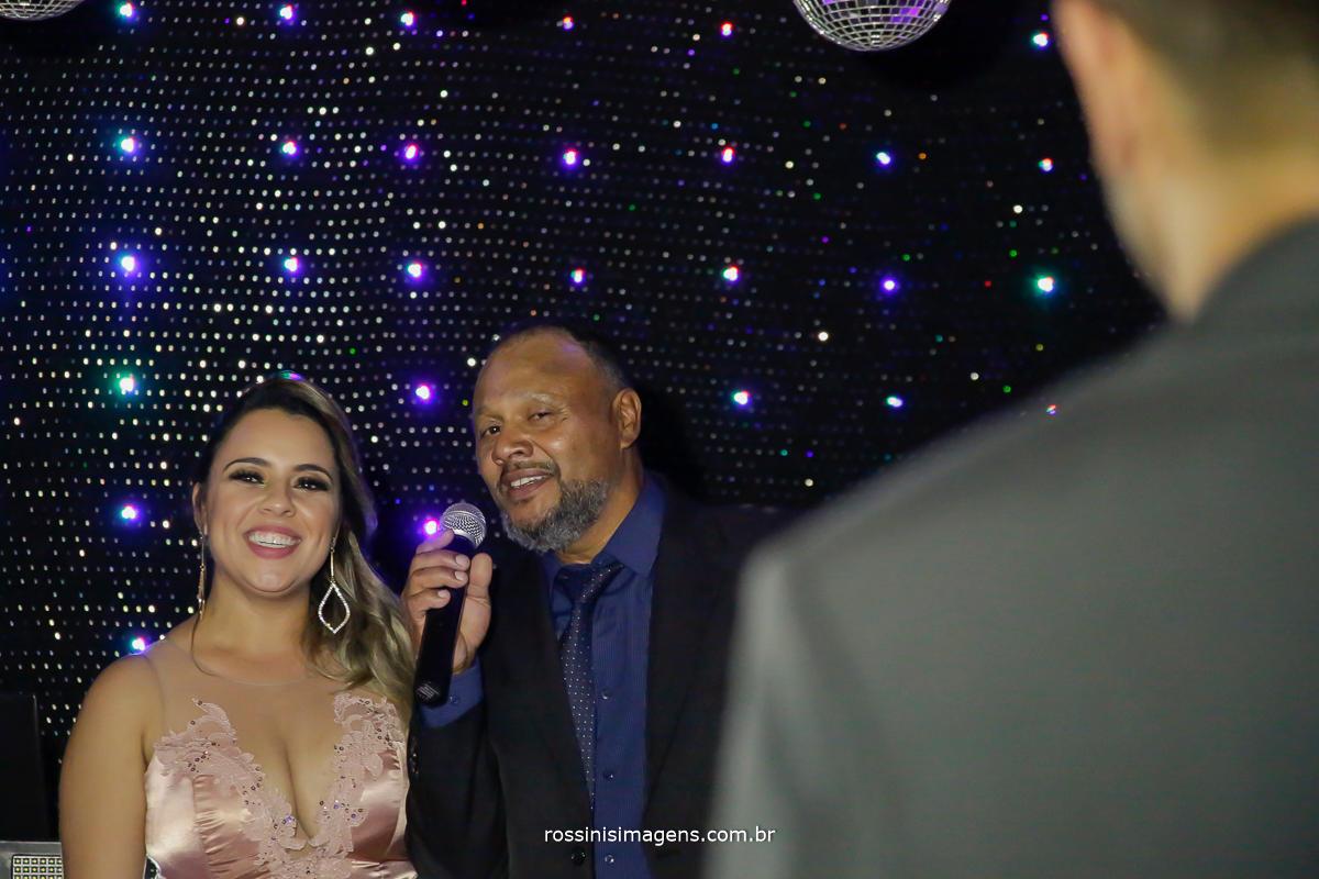 pai fazendo uma incrível homenagem ao casal, cantando uma linda musica que é marcante na vida deles