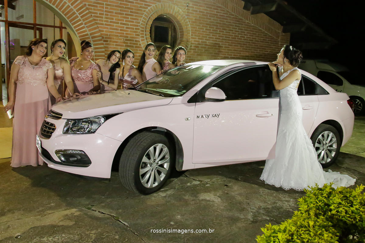 fotografia de casamento no campo com a Mary Kay noiva de vestido branco com lindo e tão cobiçado carro rosa e as suas madrinhas, casamento com Mary Kay, Noiva de Sucesso,  Empresa de Sucesso a melhor